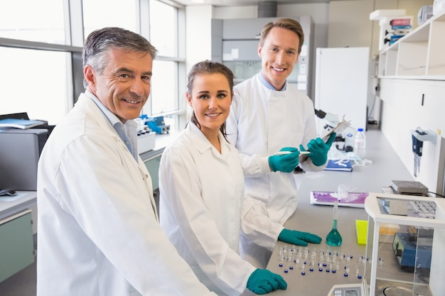 Team von wissenschaftlern, die zusammenarbeiten