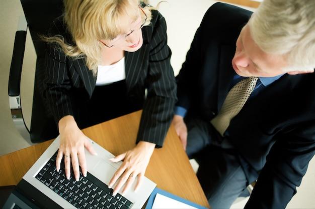 Teamarbeit am laptop