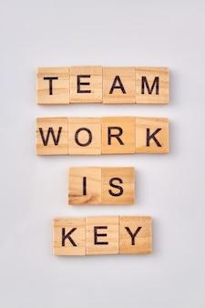 Teamarbeit ist der schlüssel zu erfolg und produktivität. zusammenarbeit und arbeit in einem guten team sind immer gut fürs geschäft.