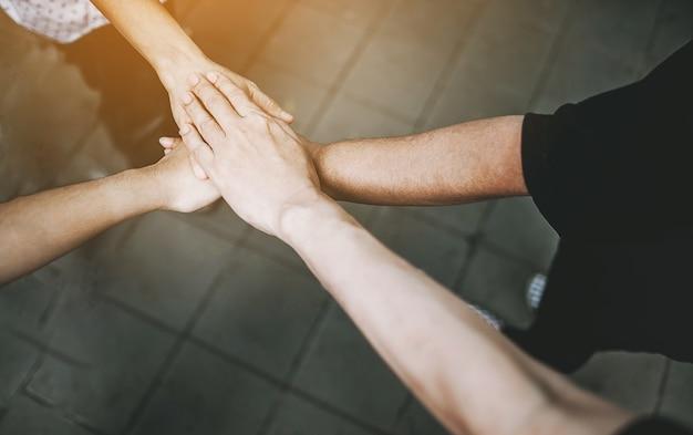 Teamarbeit mit unseren armen und händen. Premium Fotos