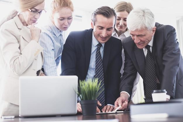 Teamarbeitsprozess, geschäftsleute unterzeichnen vertragsdokumente