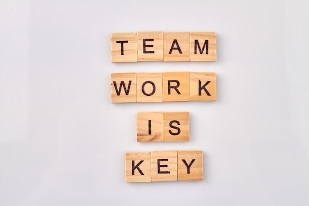 Teamarbeitswörter mit alphabetblöcken. interaktion zwischen teammitgliedern für produktivität.