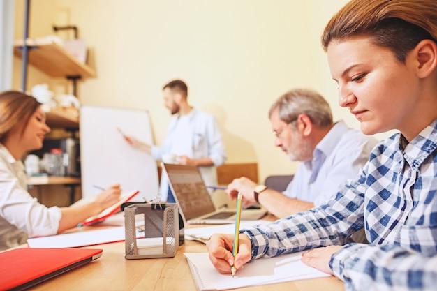 Teamjob. foto junge geschäftsleute, die mit neuem projekt im büro arbeiten