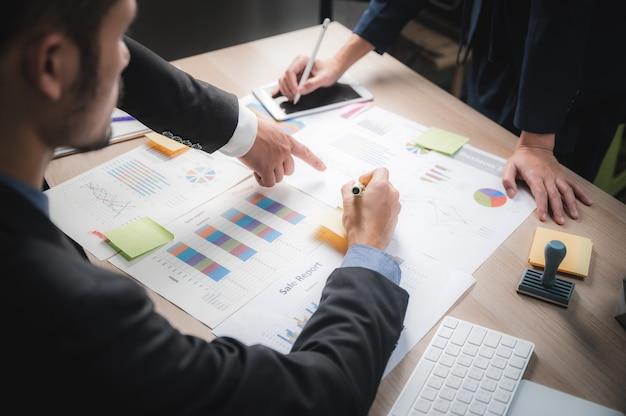 Teamjob. junge kreative geschäftsleute, die mit neuem startprojekt im modernen loftbüro arbeiten. starten sie das business team meeting ideas concept