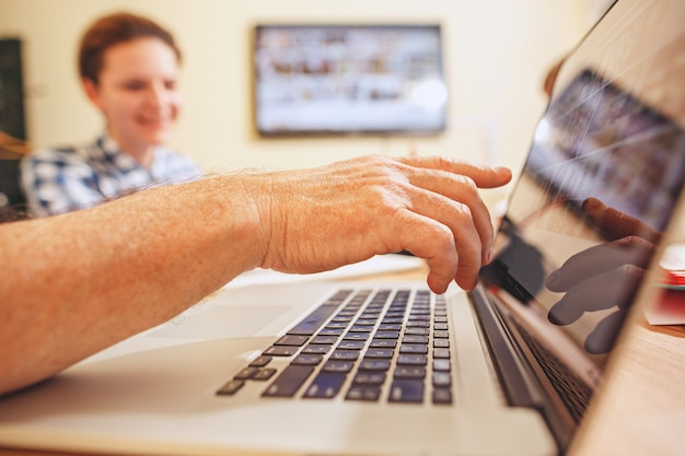 Teamjob. leute, die mit neuen projekten im büro arbeiten