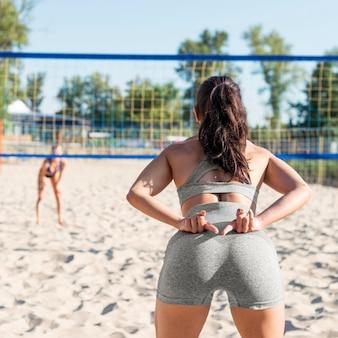 Teamkollege signalisiert mit den händen beim volleyballspielen