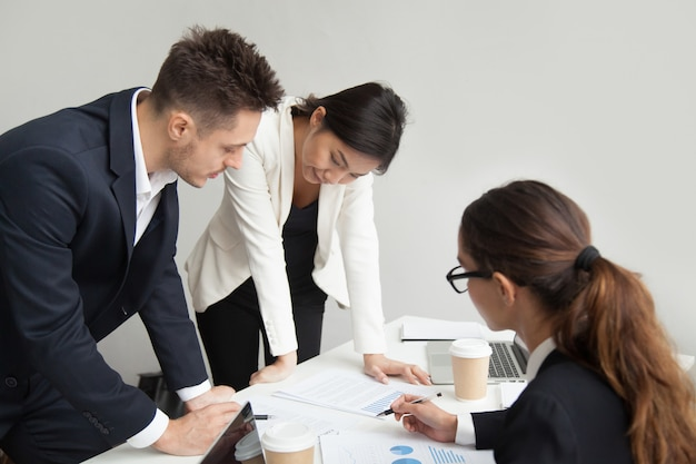 Teamleiter, der arbeitsergebnisse bei der sitzung, teamwork-konzept bespricht