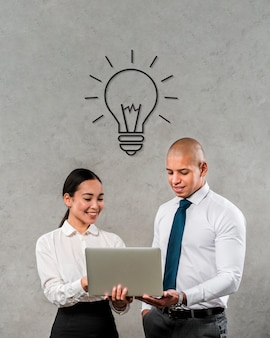 Teammitglieder, die einen laptop betrachten