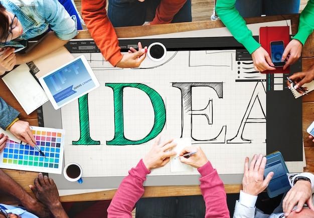 Teamtreffen, bei dem ideen gemeinsam besprochen werden