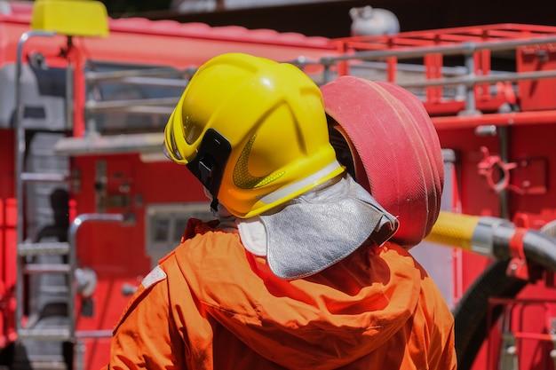 Teamübung zur brandbekämpfung in notsituationen.