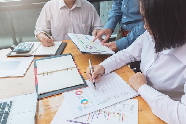 Teamwork der geschäftsmänner, die unternehmensplan im büro besprechen