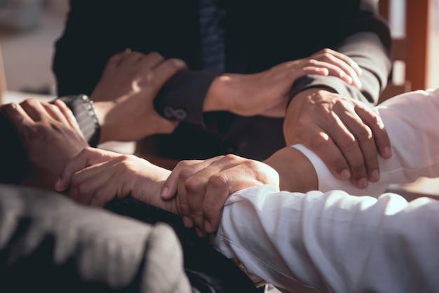 Teamwork, die multiethnische gruppe des konzeptes zusammen ein treffen für geschäft zusammenarbeit arbeitet.