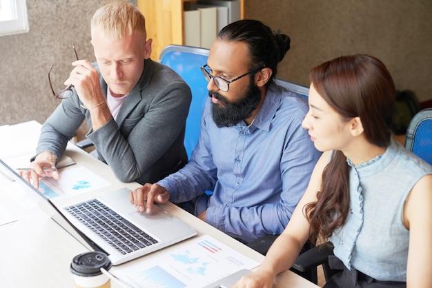 Teamwork, die zusammen neues projekt entwickelt