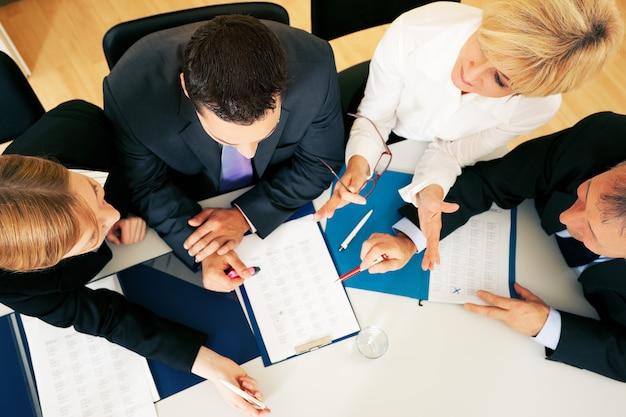 Teamwork - diskussion im büro