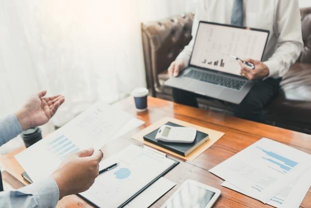 Teamwork-firmenbesprechungskonzept, geschäftspartner, die mit laptop arbeiten