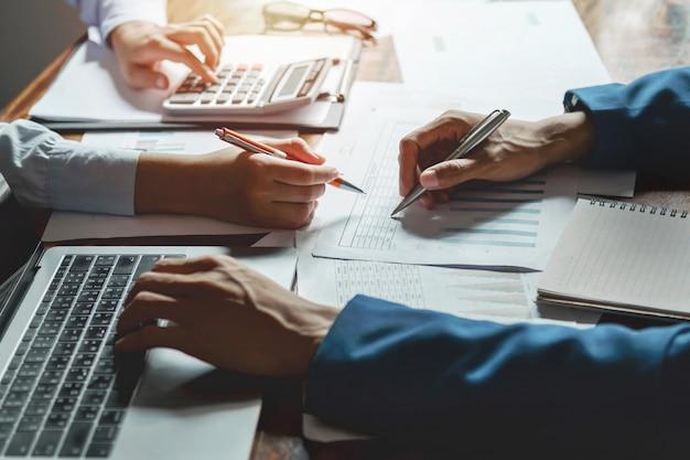 Teamwork-geschäft, das an dem tischbuchhaltungskonzept finanziell im büro arbeitet