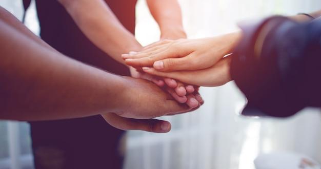 Teamwork hände mit macht vereinen ist ein gutes team von erfolgreichen menschen teamarbeitskonzept
