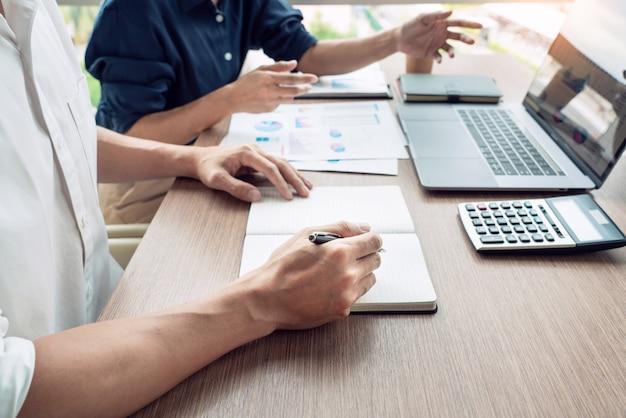 Teamwork-konzept, unternehmensleiter, die dokumentenarbeit bei der sitzung in der modernen bürolobby besprechen.