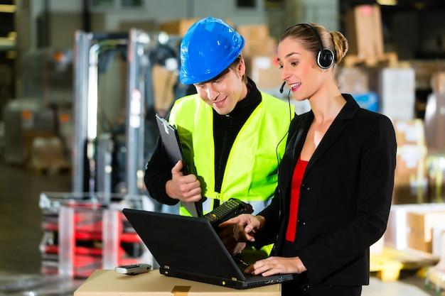 Teamwork, lagerverwalter oder gabelstaplerfahrer und weiblicher vorgesetzter mit laptop, headset und handy, im lager der spedition ein gabelstapler