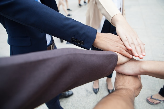 Teamwork-leute berühren hände für einheitsgruppe, um geschäft zu schlagen.