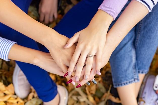 Teamwork-leute berühren sich die hände, damit die unity-gruppe ihr geschäft erfolgreich macht.