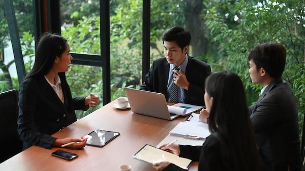 Teamwork mit geschäftsleuten analysieren informationen auf dem schreibtisch im besprechungsraum.
