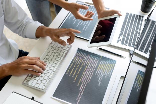 Teamwork-teamprogrammierer, der mit computer arbeitet