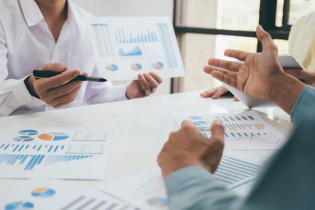 Teamwork-treffen für geschäftsleute, um die investition zu besprechen.