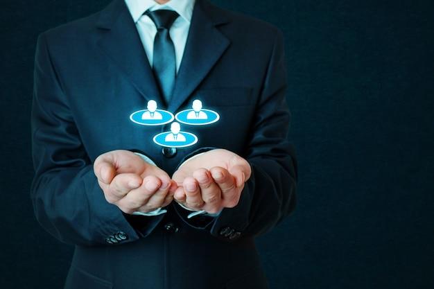 Teamwork und führungskonzept auf blauem hintergrund