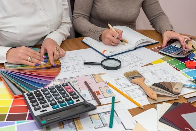 Teamwork von kreativen designern, die mit farbpalette arbeiten