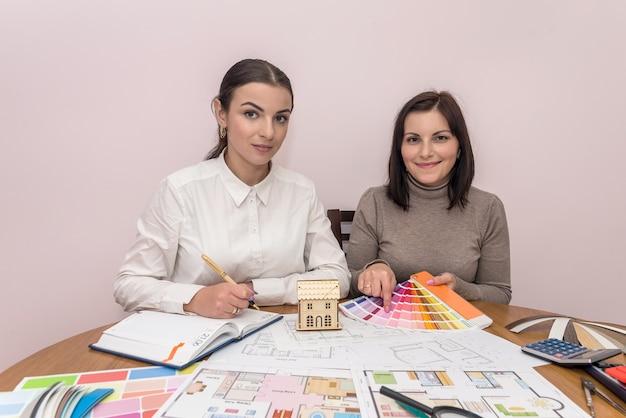 Teamwork von zwei schönen designern im büro