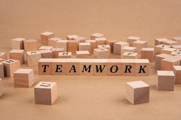 Teamwork-wort im hölzernen würfel
