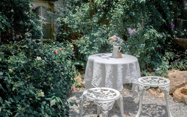 Teatime-tischstuhldekor-gartenäußeres im freien