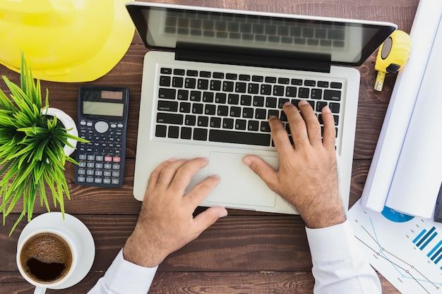 Technik, die laptop-computer auf draufsicht verwendet