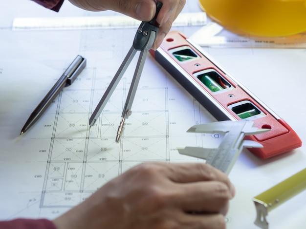 Technik verwenden ausrüstung, um bauplanzeichnung zu machen