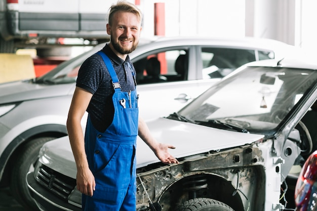 Techniker, der an der garage lächelt