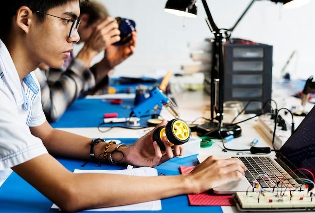 Techniker, der an der roboterprogrammierung arbeitet