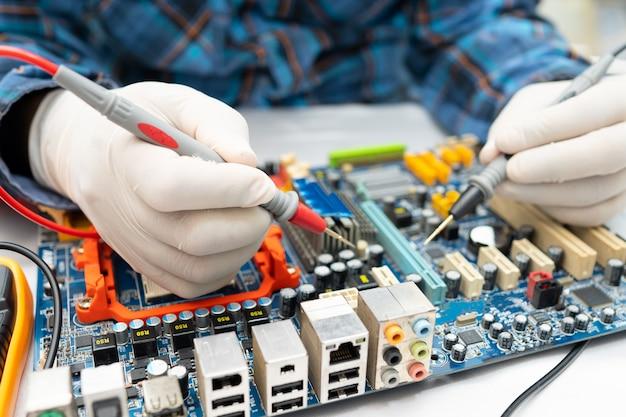 Techniker, der das innere der festplatte durch lötkolben repariert. integrierter schaltkreis. das konzept von daten, hardware, techniker und technologie.