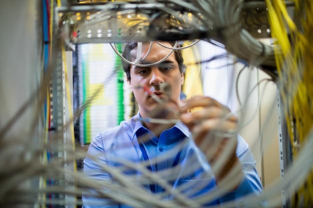 Techniker, der das kabel befestigt