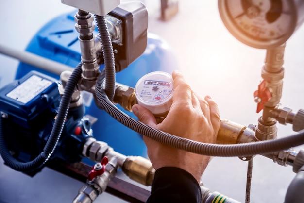 Techniker, der die knoten des wassersystems überprüft.