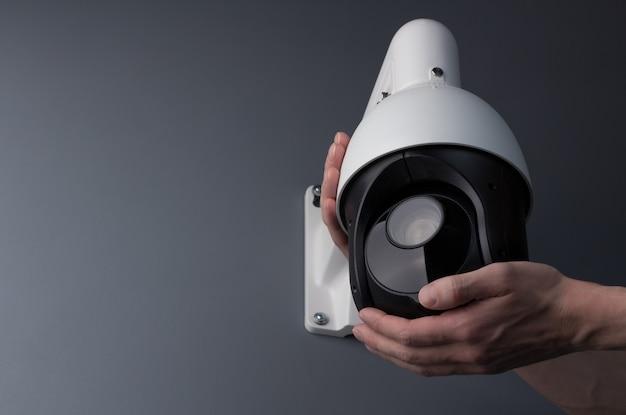 Techniker, der die video-sicherheit der cctv-kamera installiert