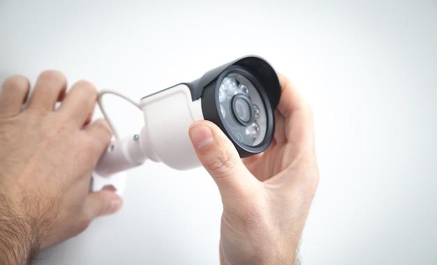 Techniker, der ein cctv-kamerasystem für zu hause installiert.