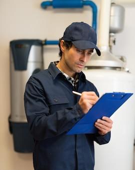 Techniker, der einen warmwasserbereiter repariert