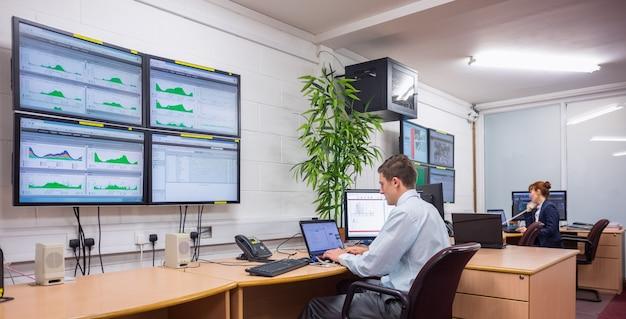 Techniker, der in laufenden diagnosen des büros sitzt