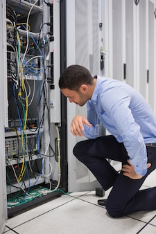 Techniker, der kabel des servers betrachtet