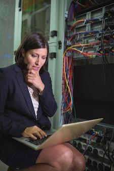 Techniker, der laptop beim analysieren des servers verwendet