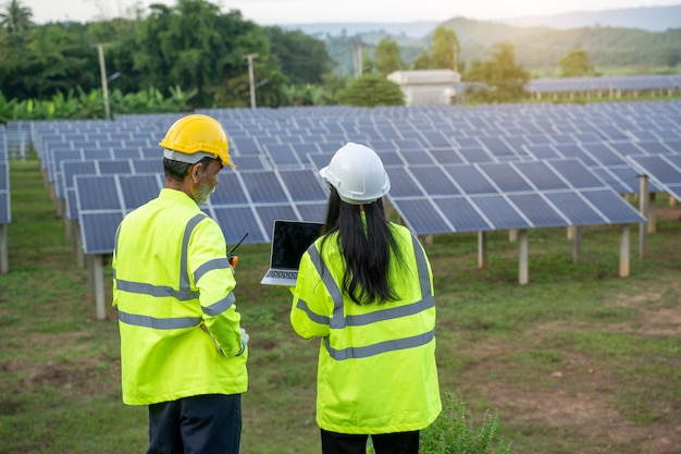 Techniker, der mit ingenieur arbeitet, der neues ökologieprojekt rund um das gebiet der sonnenkollektoren plant.