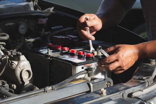 Techniker, der motor des autos überprüft. automechaniker, der automotor überprüft. wartung, die auto überprüft.