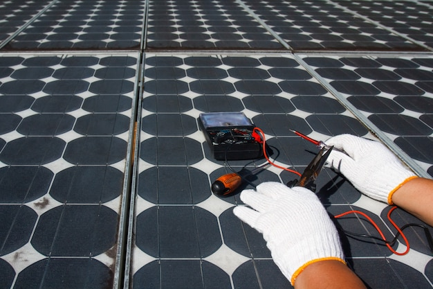 Techniker, der photovoltaikmodule repariert