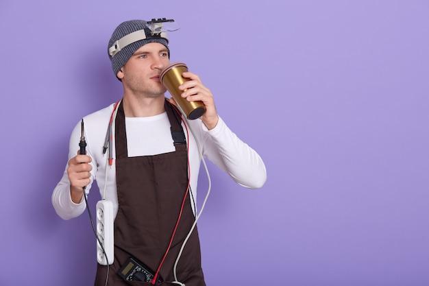 Techniker, der sich nach der reparatur der computerhardware im labor ausruht